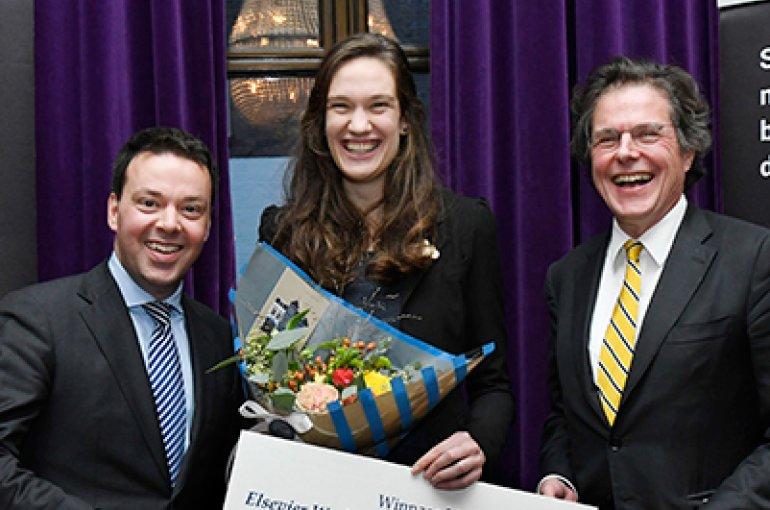 Winnares Emma Mojet met Arendo Joustra, hoofdredacteur Elsevier Weekblad (rechts) en Christian Melsen, voorzitter Vrienden van De Witt (links). Foto Peter Hilz