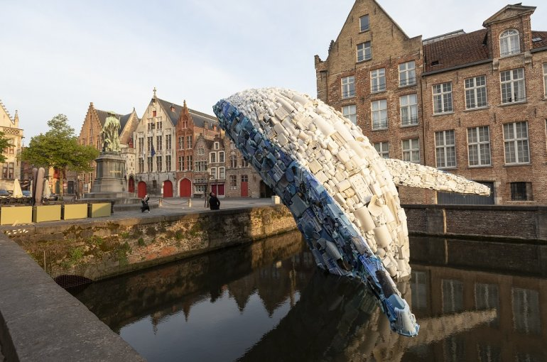 Plastic Walvis met pleintje en toerist die fotografeert