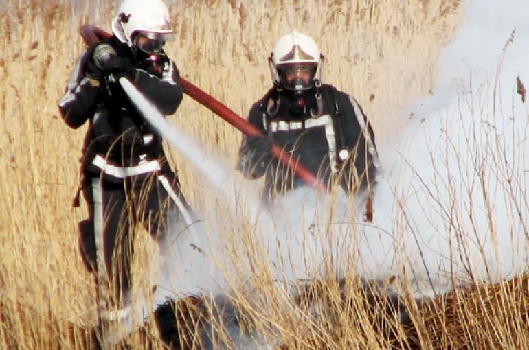 De brandweer blust een brandje.