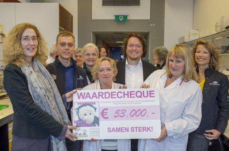 Prof. Ineke Braakman, Dineke Verstraaten en Cobi Zuiderwijk houden de cheque vast