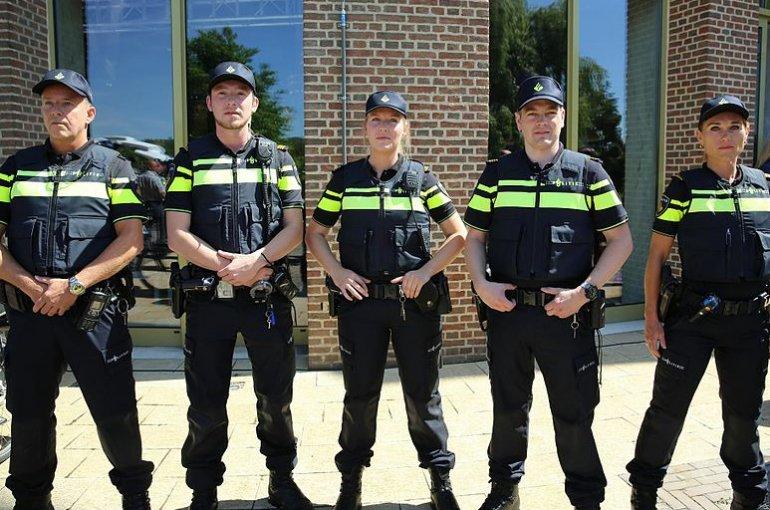 Een rij Nederlandse politieagenten