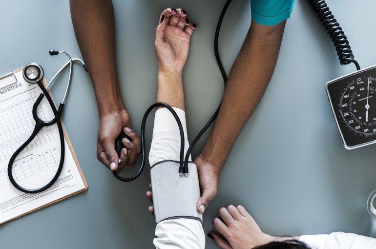 Verpleegkundige meet bloeddruk
