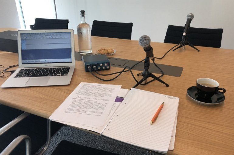 Podcast setting met microfoons op tafel