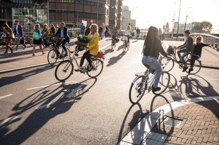 De stad Utrecht met veel fietsers op straat
