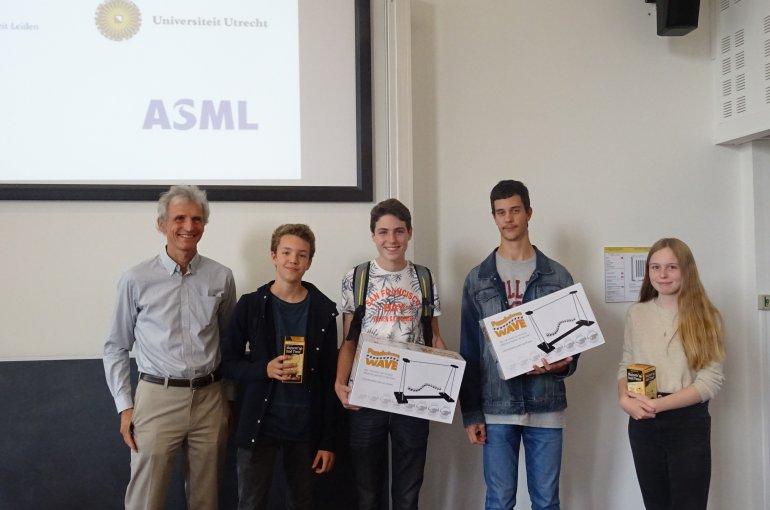 De winnaars van de Natuurkunde Olympiade Junior 2017 met Nobelprijswinnaar Wolfgang Ketterle