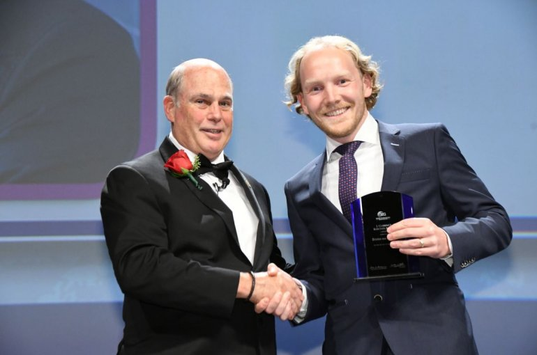 Tristan van Leeuwen neemt de Clarence Karcher Award in ontvangst
