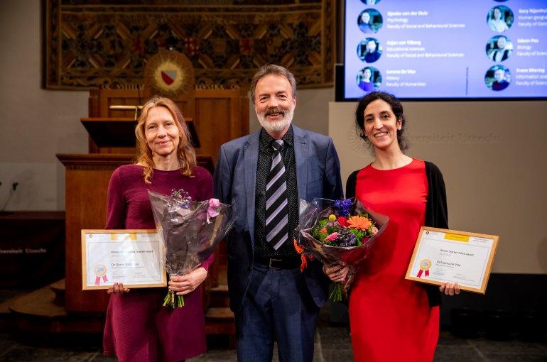 Rector Magnificus Henk Kummeling met docent van het jaar Gerda Andringa (links) en docenttalent Lorena de Vita (rechts)