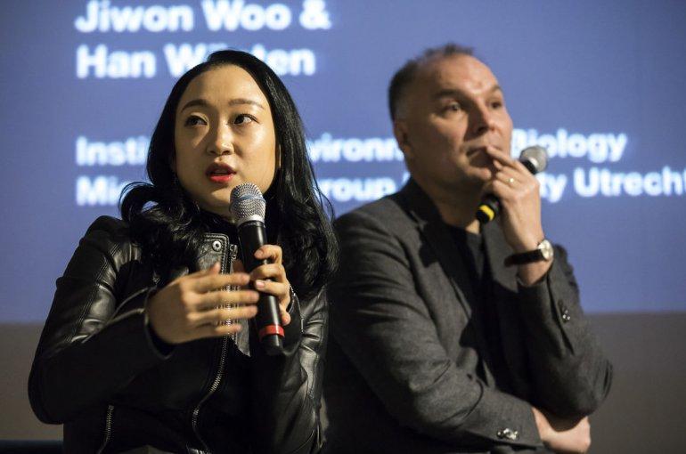 De Koreaanse kunstenaar Jiwon Woo en hoogleraar Microbiologie Han Wösten