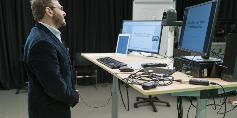 Docent geeft online onderwijs