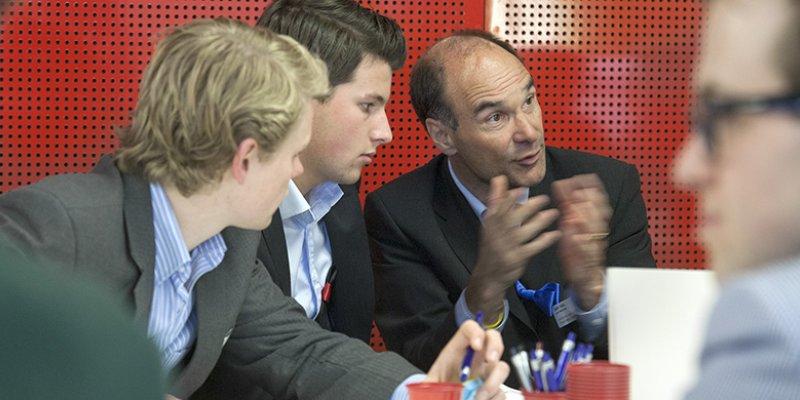Groepje zakenmensen in overleg