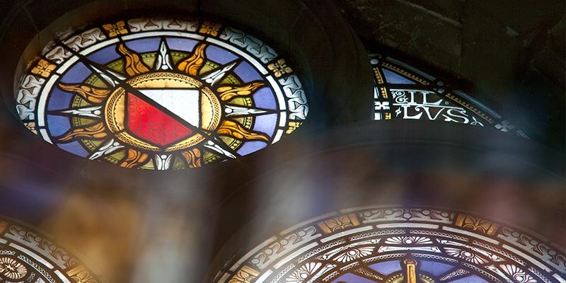 Sol van de Universiteit Utrecht in glas in lood in het Academiegebouw.